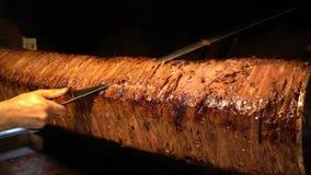 Kebab orientale tradizionale anatolico turco di Doner del manzo o dell'agnello dell'alimento video d archivio