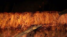 Kebab orientale tradizionale anatolico turco di Doner del manzo o dell'agnello dell'alimento archivi video