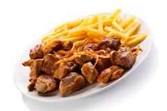 Kebab, patatas fritas y verduras Imagenes de archivo