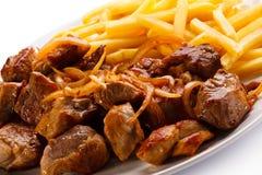 Kebab, patate fritte e verdure Immagine Stock