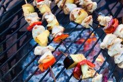 Kebab riscaldati sul posto sulla griglia Fotografia Stock Libera da Diritti