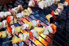 Kebab riscaldati sul posto sulla griglia Fotografie Stock
