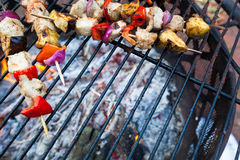 Kebab riscaldati sul posto sulla griglia Immagini Stock