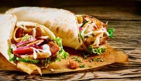Kebab saporito del doner con le guarnizioni fresche dell'insalata fotografia stock