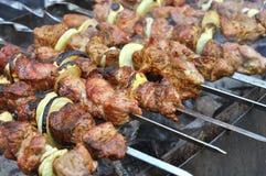 Kebab se prepara al aire libre Imagenes de archivo