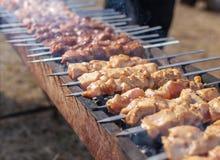 Kebab Shish на протыкальниках зажарено на меднике стоковые фотографии rf