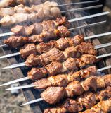 Kebab Shish на протыкальниках зажарено на меднике стоковые изображения