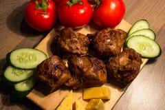 Kebab Shish с огурцом и томатом на деревянной доске Стоковые Изображения RF