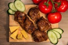 Kebab Shish с огурцом и томатом на деревянной доске Стоковые Изображения