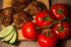 Kebab Shish с огурцом и томатом на деревянной доске Стоковые Фото