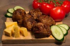 Kebab Shish с огурцом и томатом на деревянной доске Стоковое Изображение RF