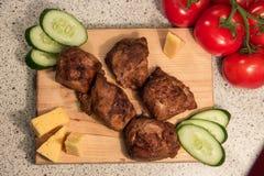 Kebab Shish с огурцом и томатом на деревянной доске Стоковые Фотографии RF