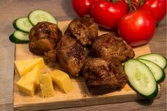 Kebab Shish с огурцом и томатом на деревянной доске Стоковая Фотография