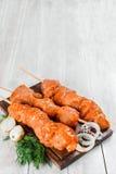 Kebab sui bastoni di legno sparati in decorazione Fotografie Stock Libere da Diritti
