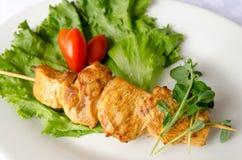 Kebab sul piatto bianco, fine del pollo sulla vista Immagine Stock