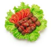 Kebab, Tomate und grüner Salat auf weißem Hintergrund lizenzfreies stockbild