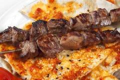 Kebab turco autentico dello shish con il pane di pita Fotografia Stock