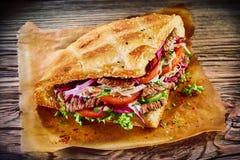 Kebab turco delizioso del doner sul pane della pita fotografia stock