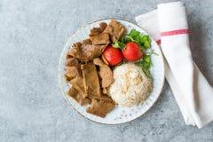 Kebab turco Doner con el pilaf de Pilav del arroz y la comida de la carne de la ensalada/del queso de soja imágenes de archivo libres de regalías