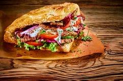 Kebab turco piccante del doner esperto con il peperoncino rosso immagine stock libera da diritti