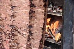 Kebab turco tradicional del doner de la comida en una tienda de alimentos de la calle en fondo de la falta de definición imagen de archivo libre de regalías