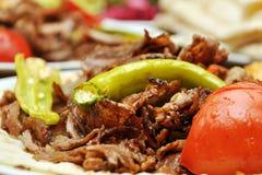 Kebab turco tradizionale del doner con le verdure arrostite fotografia stock