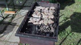 Kebab van de kip op grill-1 stock videobeelden
