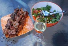 Kebab, voedsel, vlees, salade, witte wijn Royalty-vrije Stock Fotografie