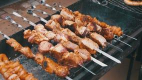 Kebab vom Rindfleisch auf Aufsteckspindeln wird auf Grill gekocht stock footage