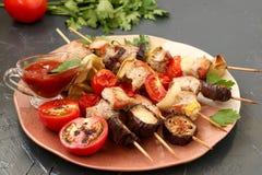 Kebab vom Truthahn mit Gemüse: Zucchini, Aubergine, Zwiebel, Tomate und Pfeffer stockfoto