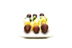 Kebaben bär frukt innehålla jordgubben, druvor, ananas, kiwi och Fotografering för Bildbyråer