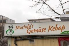 Kebaben för se för Mustafas gemü undertecknar in berlin Tyskland royaltyfria bilder