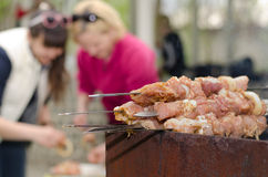 Kebaber som är klara för att laga mat på en utomhus- BBQ Arkivbild