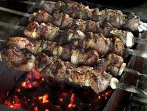Kebabfleisch aufgespießt über einem Feuer Lizenzfreie Stockfotos