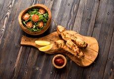 Kebabkalkonfilé på bambusteknålar och arugulasallad Royaltyfria Foton