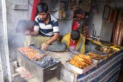 Kebabsäljare i Indien Arkivbild