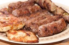 Kebabs和鸡胸脯在格栅 免版税库存图片