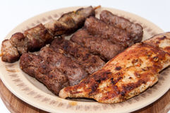 Kebabs和鸡胸脯在格栅 免版税库存照片