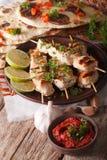 Kebabs在串特写镜头和酸辣调味品的鸡tikka 垂直 图库摄影