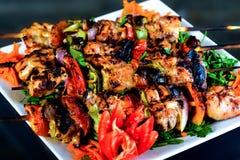 Kebabs που ψήνεται στη σχάρα στοκ εικόνες