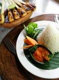 亚洲巴厘岛民族风味的食品kebabs肉心满&#24 库存图片