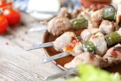 Kebabs apetitosos jugosos presentados en un plato Aún-vida en un fondo de madera Primer Imagenes de archivo