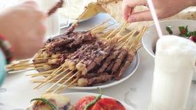 Kebabs asados a la parrilla barbacoa del cordero