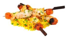 Kebabs asados a la parrilla de los pescados con arroz Foto de archivo