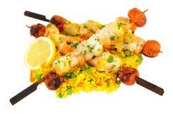 Kebabs asados a la parrilla de los pescados con arroz Fotografía de archivo libre de regalías