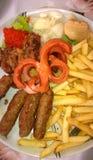 Kebabs con las patatas fritas imágenes de archivo libres de regalías