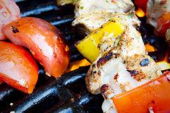 Kebabs da galinha e da pimenta no assado Fotos de Stock Royalty Free
