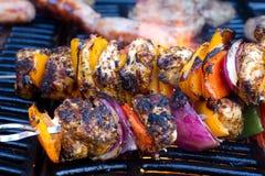 Kebabs da galinha e da pimenta que cozinham lentamente Fotos de Stock