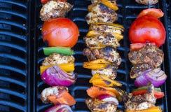 Kebabs da galinha e da pimenta que cozinham lentamente Fotografia de Stock