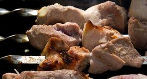 Kebabs, das über Holzkohlenahaufnahme kocht Lizenzfreies Stockbild